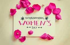 国际妇女` s天葡萄酒结构的与字法的问候笔记 库存图片