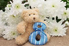 国际妇女` s天 玩具熊和花 免版税图库摄影