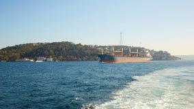 国际容器货船的后勤学和运输在暮色天空的海洋,货物运输 库存图片