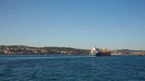 国际容器货船的后勤学和运输在暮色天空的海洋,货物运输 免版税库存照片