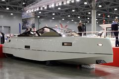 10国际性组织小船展示的现代白色游艇在莫斯科 鲁斯 库存照片