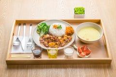 国际烹调盘在旅馆餐馆 库存图片