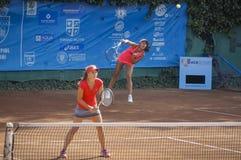 国际网球赛的Vdovenco阿纳斯塔西娅和伊琳娜Fetecau 库存照片