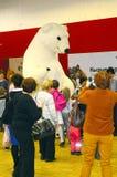 国际考古学陈列 莫斯科 秋天 北极熊-吉祥人字符服装 免版税库存照片