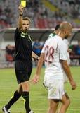 国际足球联合会担任仲裁Alexandru托特展示一个黄牌 库存图片