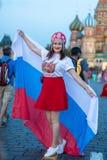 国际足球联合会kokoshnike爱好者与俄国旗子的在红场在莫斯科 免版税库存照片
