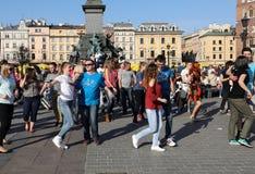 国际Flashmob天鲁埃达de Casino, 57个国家, 160个城市 数百个人跳舞在Ma的西班牙节奏 免版税库存照片