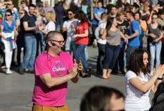 国际Flashmob天鲁埃达de Casino, 57个国家, 160个城市 数百个人跳舞在Mai的西班牙节奏 免版税库存照片