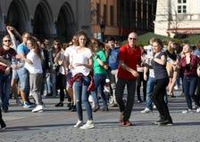 国际Flashmob天鲁埃达de Casino, 57个国家, 160个城市 数百个人跳舞在Mai的西班牙节奏 图库摄影