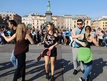 国际Flashmob天鲁埃达de Casino, 57个国家, 160个城市 数百个人跳舞在Mai的西班牙节奏 库存图片