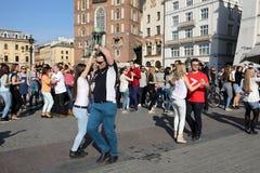 国际Flashmob天鲁埃达de Casino, 57个国家, 160个城市 数百个人跳舞在Mai的西班牙节奏 免版税图库摄影