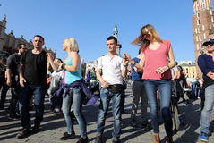 国际Flashmob天鲁埃达de Casino, 57个国家, 160个城市 数百个人跳舞在Mai的西班牙节奏 库存照片