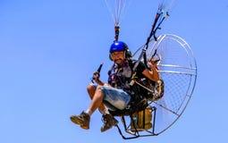国际Paramotor飞行表演 库存照片