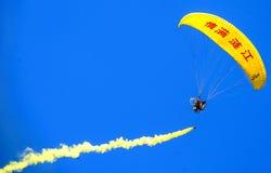 国际Paramotor飞行表演 免版税库存照片
