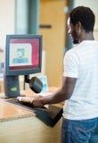 图书管理员在书店柜台的扫描书 库存图片