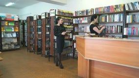 图书管理员帮助发现少妇的书 股票录像