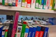 图书馆书架看法  免版税库存照片