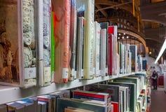 图书馆书架看法  库存照片