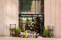 图书馆卖花人,由温哥华公立图书馆的花店 免版税库存图片