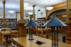 图书馆有表和现代灯的阅览室 免版税库存照片