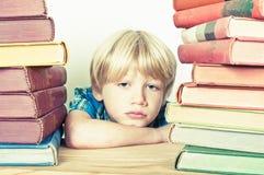 图书馆男孩 免版税库存图片