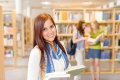 图书馆的高中学员读了书 库存照片