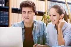 图书馆的年轻学生 免版税库存照片