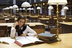 图书馆读取学员 免版税库存照片