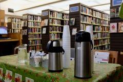 图书馆走道和书架与咖啡驻地 库存图片
