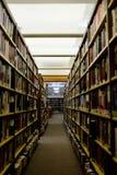图书馆走道和书架 免版税库存照片