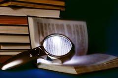 图书馆,书的翻译,放大镜 免版税库存图片