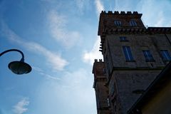 图书馆,纳维廖河畔罗贝科,米兰省,意大利, 2018年3月13日:街道灯笼和老图书馆在意大利,修造象城堡 库存图片