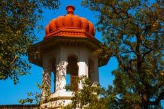 图书馆 与一个红色屋顶的塔 印度udaipur 免版税库存照片