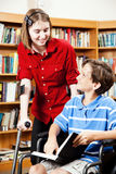 图书馆-残疾学生 免版税库存照片