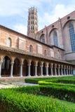 图卢兹木门的老红砖教会 库存照片