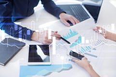 图和图表在虚屏上 经营战略和财政成长 免版税库存图片