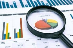图和座标图纸 财政,认为,统计、分析研究数据和商业公司会议概念 免版税库存照片