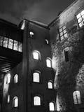 图尔库城堡庭院在晚上,它是中世纪大厦在市图尔库在芬兰 它在建立了 免版税库存照片