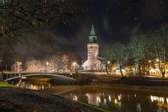 图尔库大教堂和气氛河的看法在夜之前 免版税图库摄影