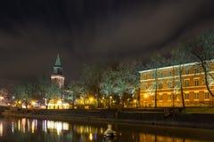 图尔库大教堂和气氛河的看法在夜之前 免版税库存照片