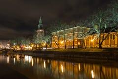 图尔库大教堂和气氛河的看法在夜之前 库存照片