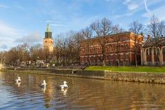 图尔库大教堂和气氛河的看法 库存照片