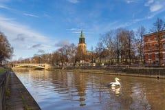 图尔库大教堂和气氛河的看法 免版税库存图片