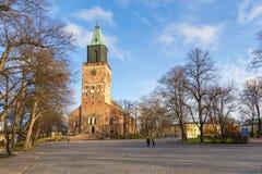 图尔库大教堂的前方在秋天 免版税库存图片