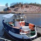 图尔库,芬兰- 2012年5月12日:在码头的小河轮渡Pikkufori在Aurajoki河在图尔库市 免版税图库摄影
