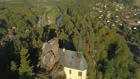 图尔诺夫,捷克- 2019年6月:哥特式城堡空中寄生虫视图在国立公园在布拉格附近的Cesky拉杰 股票视频