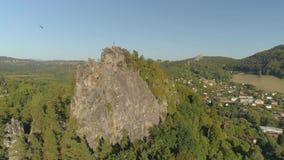 图尔诺夫,捷克- 2019年6月:哥特式城堡空中寄生虫视图在国立公园在布拉格附近的Cesky拉杰 股票录像