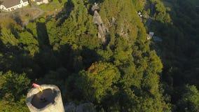 图尔诺夫,捷克- 2019年6月:哥特式城堡空中寄生虫视图在国立公园在布拉格附近的Cesky拉杰 影视素材