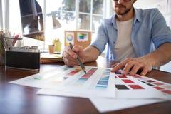 图形设计和颜色样片和笔在书桌上 与工作工具和辅助部件的建筑图画 库存图片