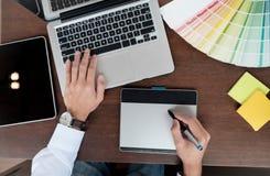 图形设计和颜色样片和笔在书桌上 免版税库存图片